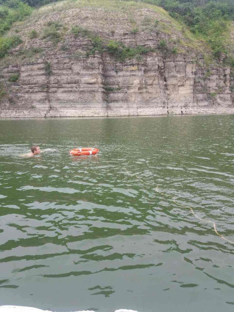 На річці Дністер рятувальники врятували рибалку, який тонув, фото-1