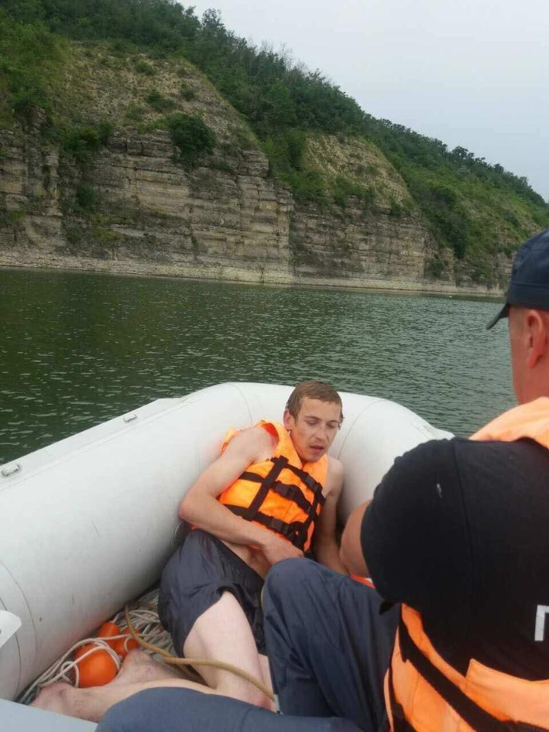 На річці Дністер рятувальники врятували рибалку, який тонув, фото-3