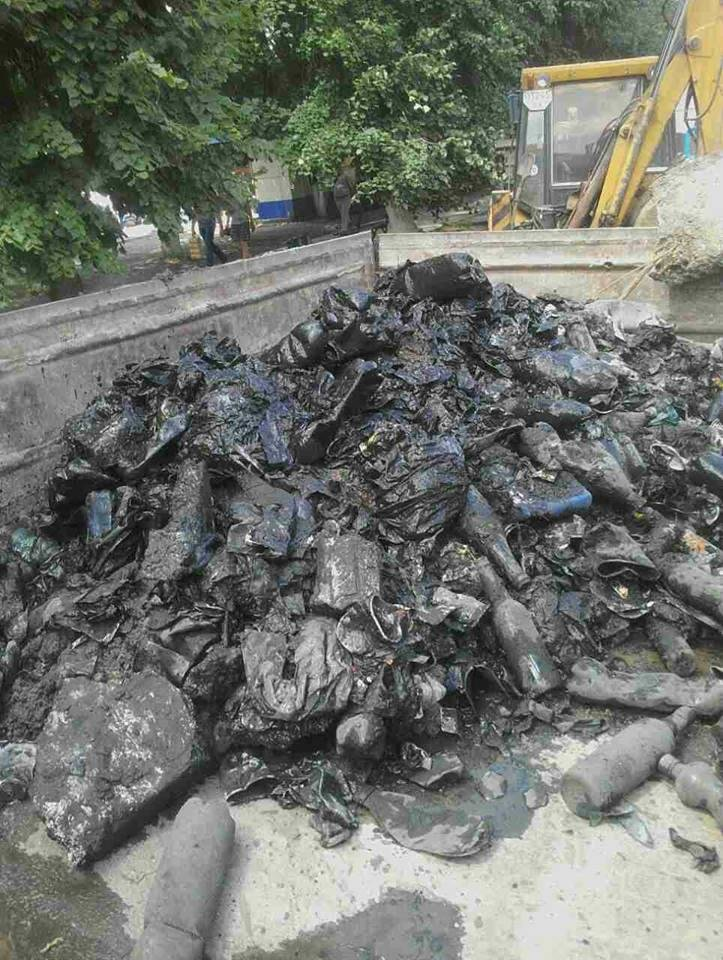 У Кам`янці під час ремонтних робіт із каналізаційного колодязя дістали причіп сміття, фото-1