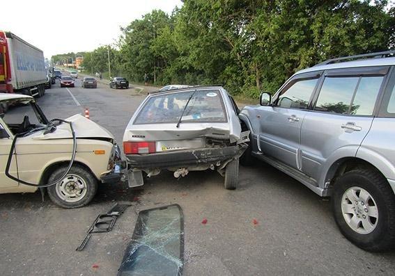 ДТП за участі трьох автомобілів є постраждалі, фото-2