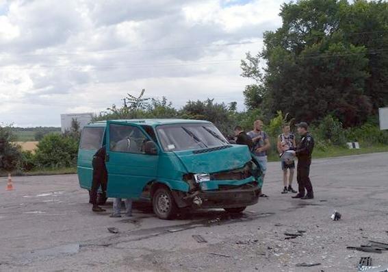 На автодорозі «Ярмолинці — Кам'янець-Подільський» зіткнулись два мікроавтобуси , фото-1