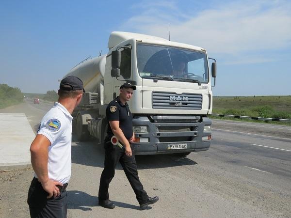 Водії вантажівок свідомо ігнорують заборону, руйнуючи дороги Хмельниччини, фото-1