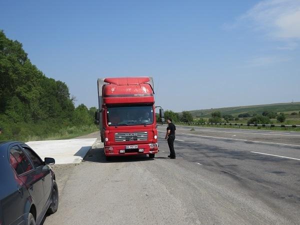 Водії вантажівок свідомо ігнорують заборону, руйнуючи дороги Хмельниччини, фото-2