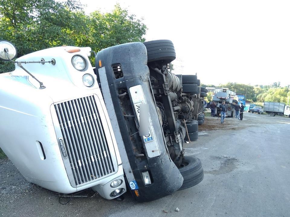 Поблизу Дунаївців перекинувся вантажний автомобіль, фото-2