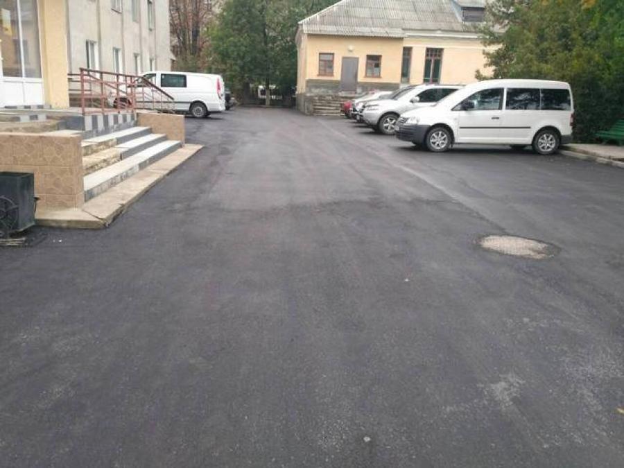 На території міської лікарні відремонтували проїзд, фото-3