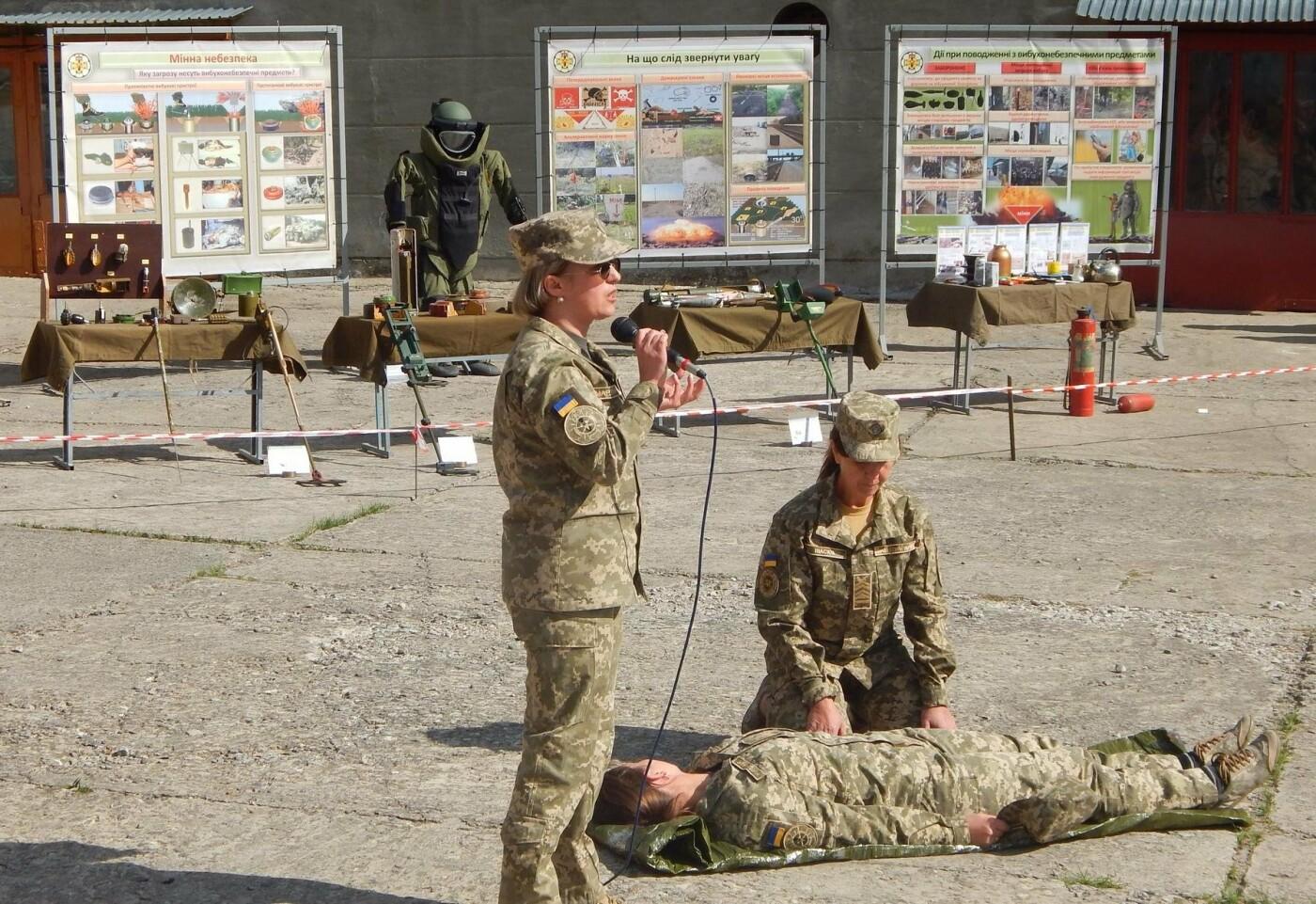 Військовослужбовці Центру розмінування навчали студентів поводитись із вибухонебезпечними предметами, фото-2