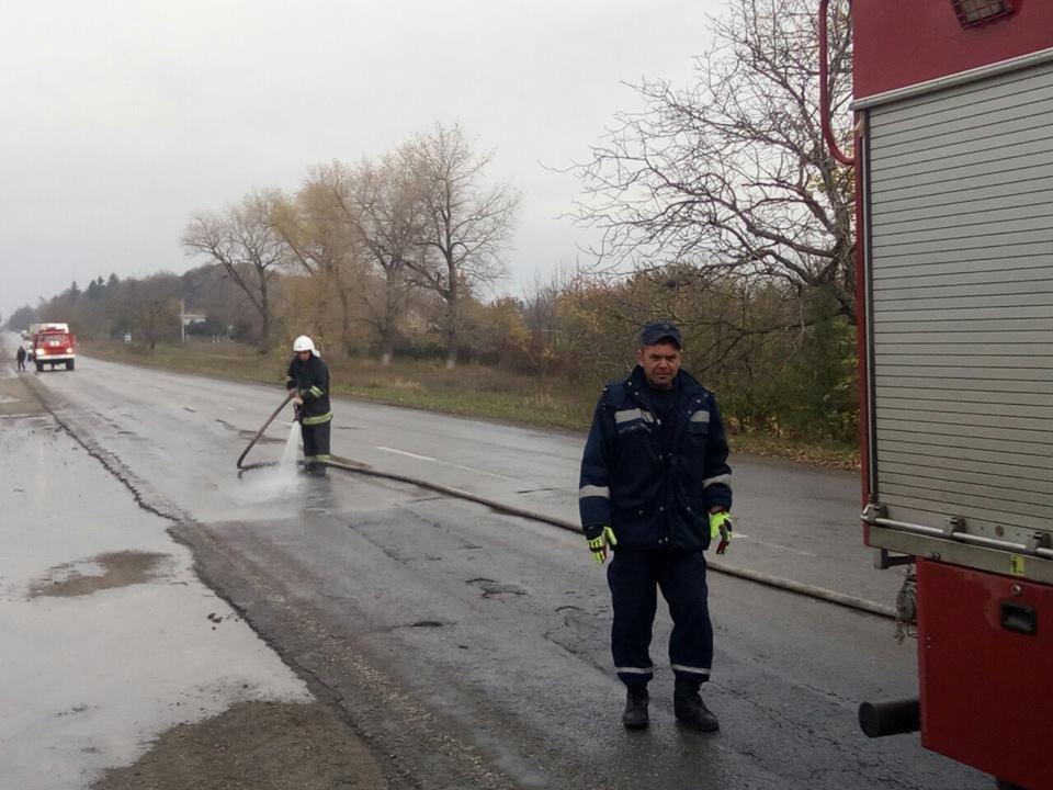 На автотрасі в селі Колибаївка стався вилив дизельного палива, фото-1