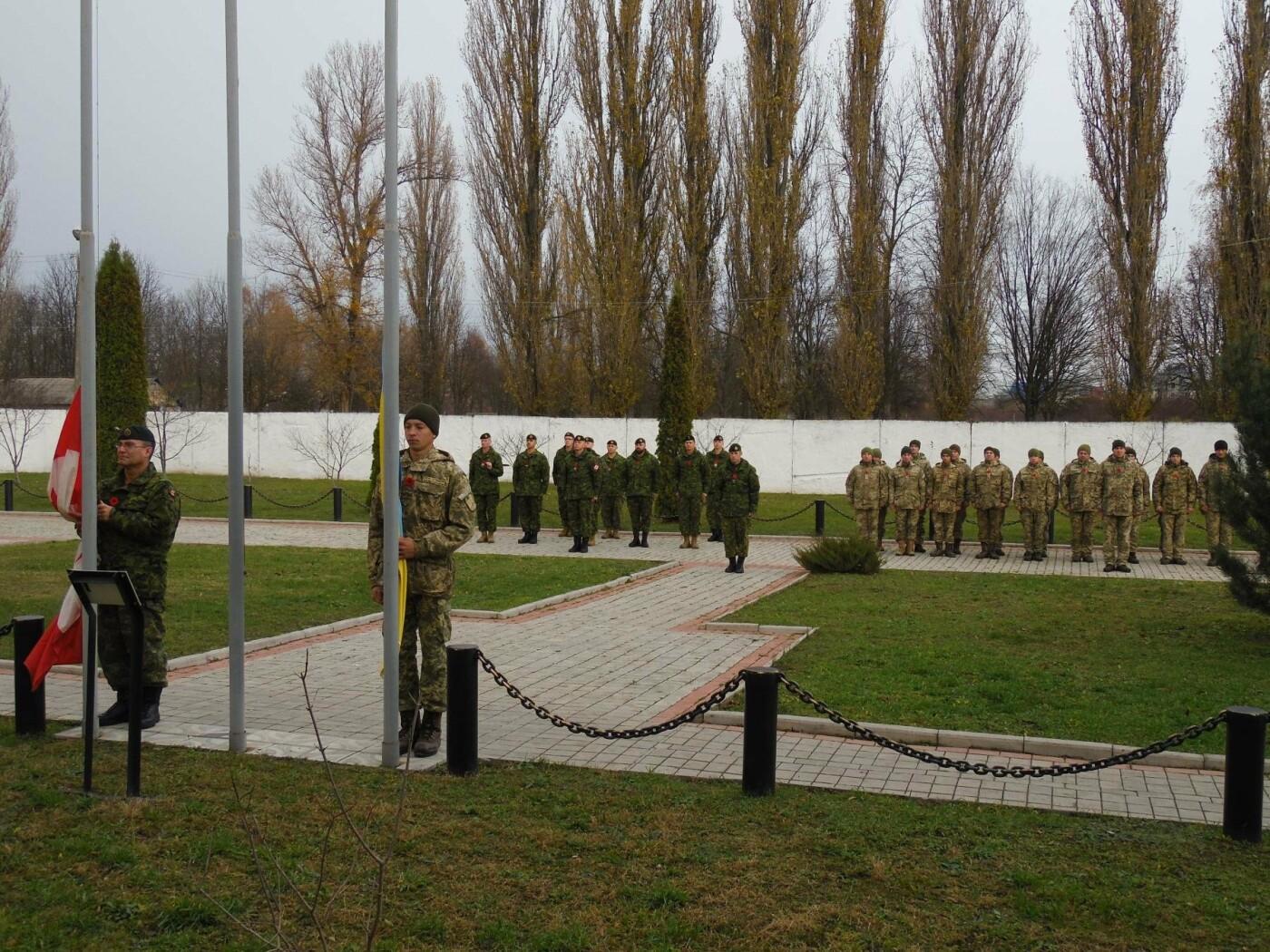 Українські та канадські військовослужбовці вшанували пам'ять загиблих під час Першої та Другої світових воєн, фото-7