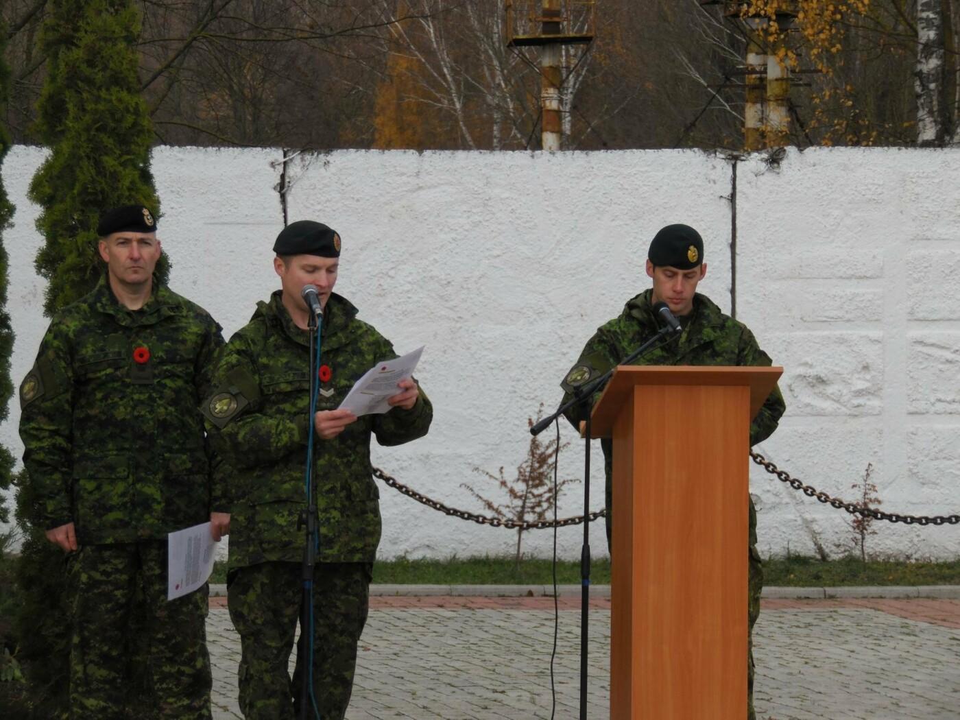 Українські та канадські військовослужбовці вшанували пам'ять загиблих під час Першої та Другої світових воєн, фото-2