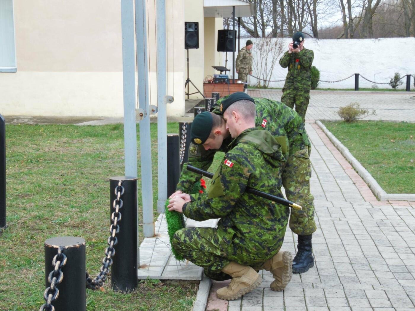 Українські та канадські військовослужбовці вшанували пам'ять загиблих під час Першої та Другої світових воєн, фото-6