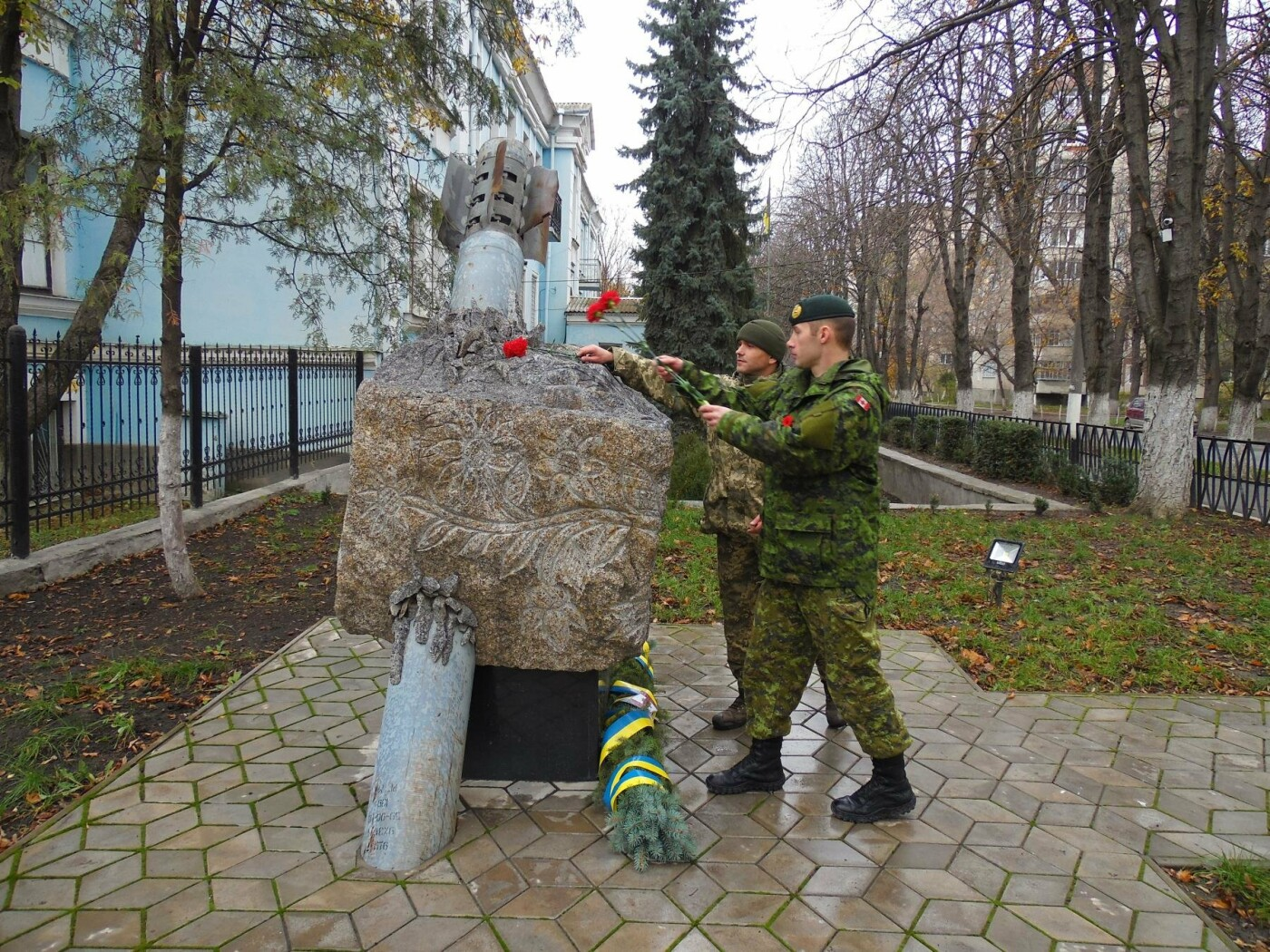 Українські та канадські військовослужбовці вшанували пам'ять загиблих під час Першої та Другої світових воєн, фото-9
