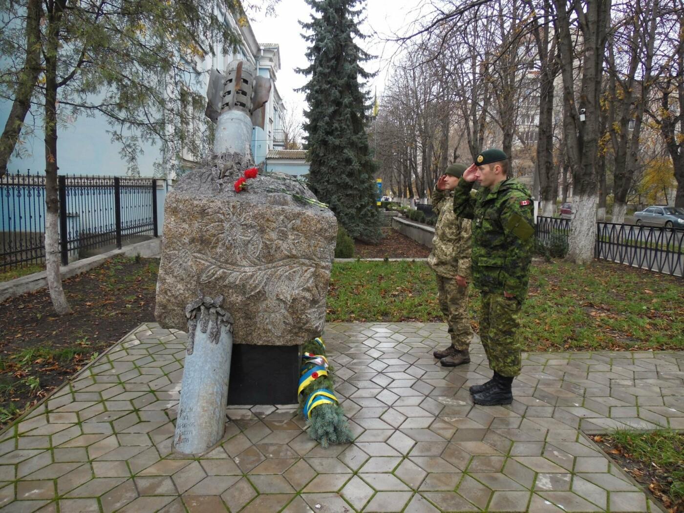 Українські та канадські військовослужбовці вшанували пам'ять загиблих під час Першої та Другої світових воєн, фото-8