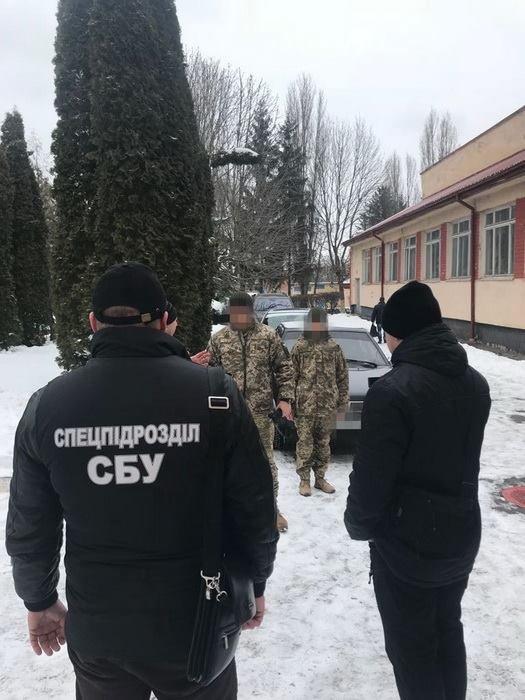 """У Кам'янці під час отримання щомісячної """"данини"""" затримали командира військової частини, фото-1"""