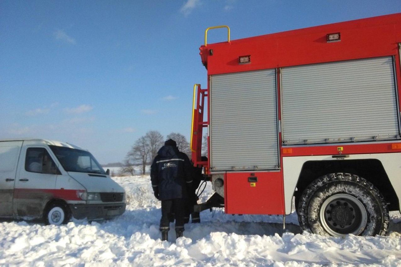На Хмельниччині рятувальники витягли із снігових заметів 51 людину, фото-2