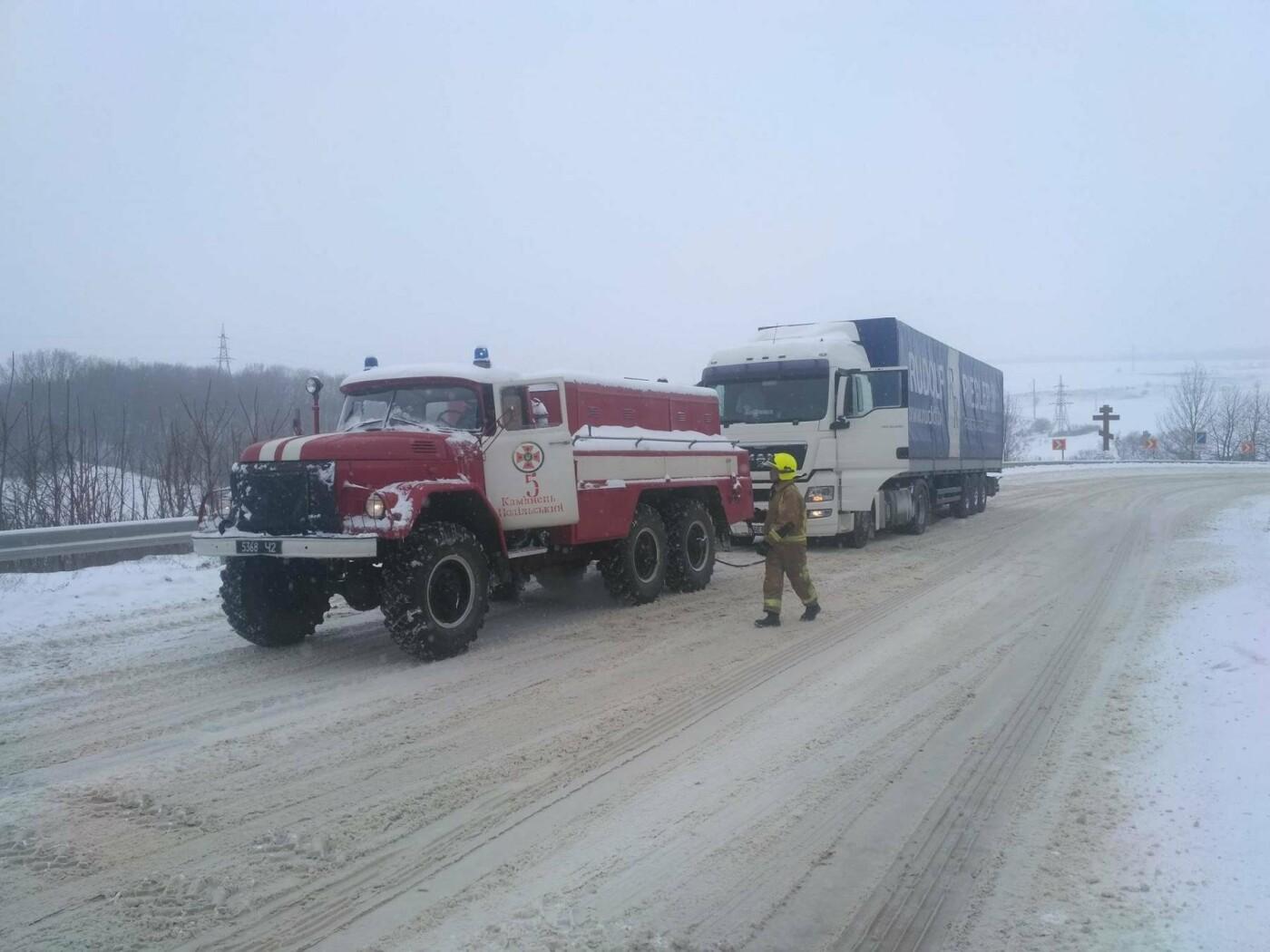 Рятувальники всю ніч звільняли автомобілі із снігових полонів (фото, відео), фото-6