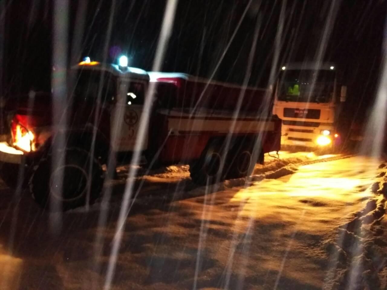 Рятувальники всю ніч звільняли автомобілі із снігових полонів (фото, відео), фото-5