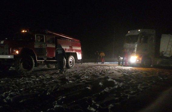 Рятувальники всю ніч звільняли автомобілі із снігових полонів (фото, відео), фото-3