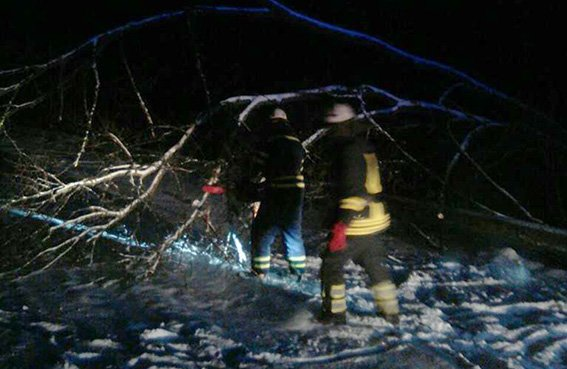 Рятувальники всю ніч звільняли автомобілі із снігових полонів (фото, відео), фото-4