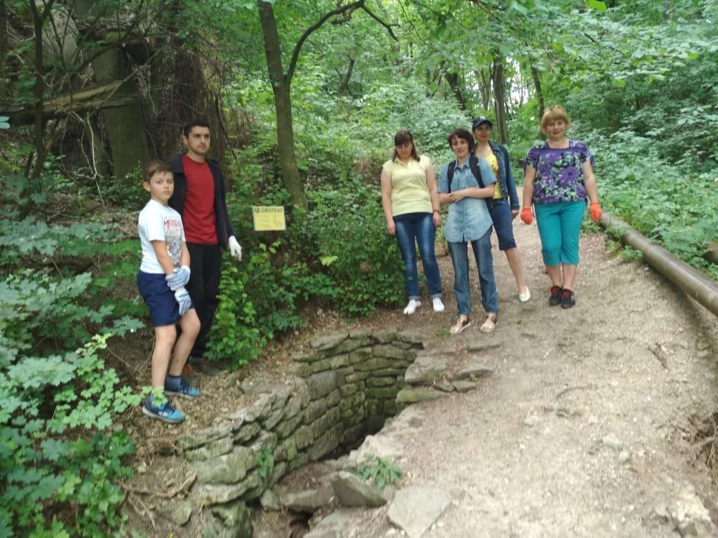 Бібліотекарі провели санітарну очистку прибережно-захисної смуги річки Смотрич, фото-1