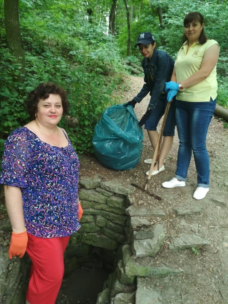 Бібліотекарі провели санітарну очистку прибережно-захисної смуги річки Смотрич, фото-2