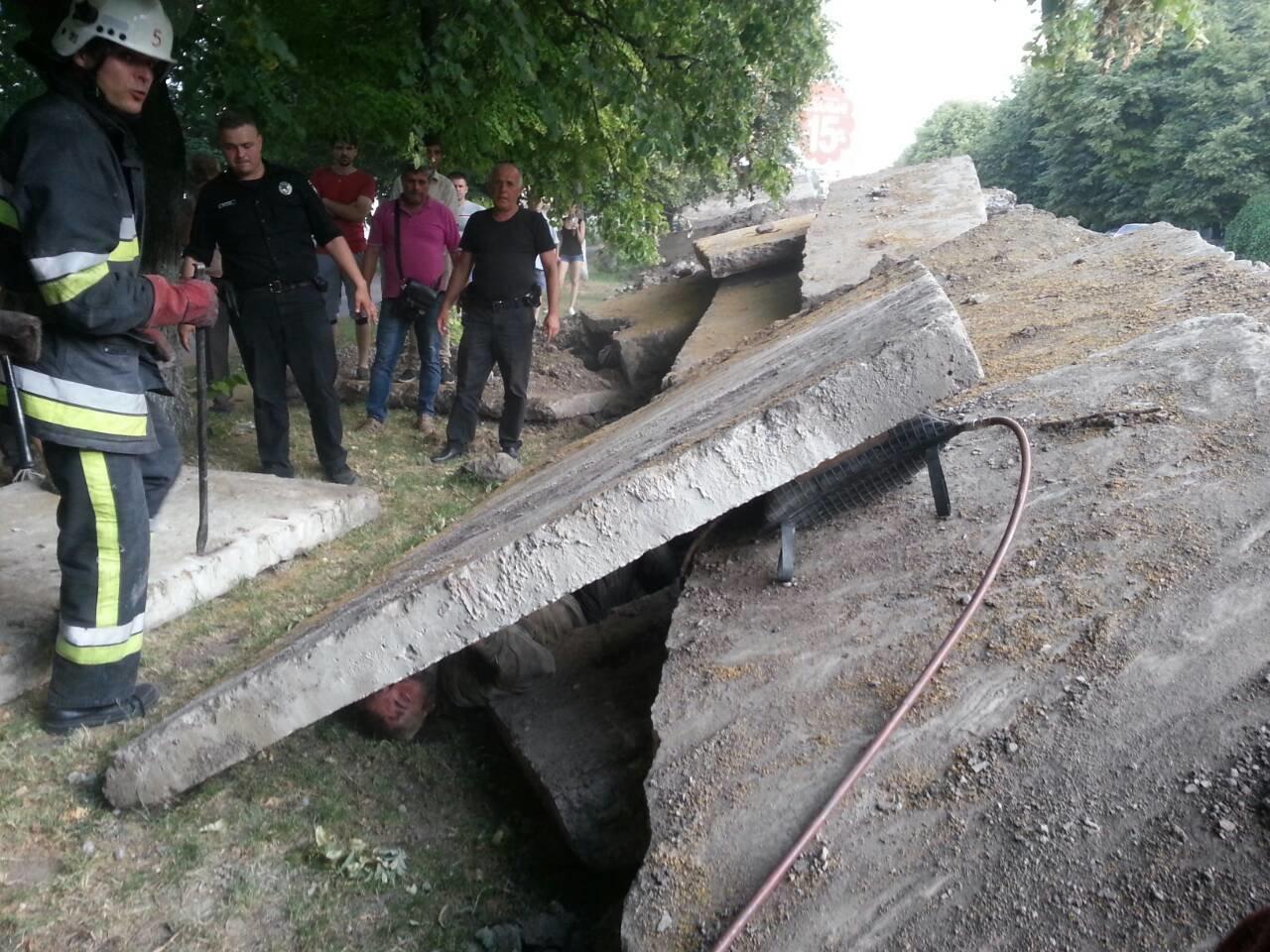 У Кам'янці рятувальники витягнули чоловіка з-під залізобетонної плити, фото-1