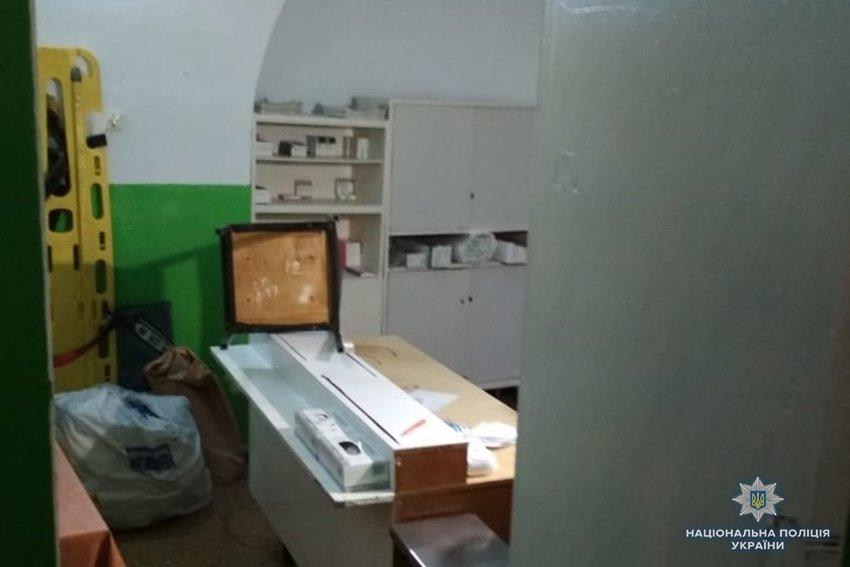 У Кам'янці поліцейські затримали наркозалежного, який намагався розгромити кабінет станції швидкої допомоги, фото-1