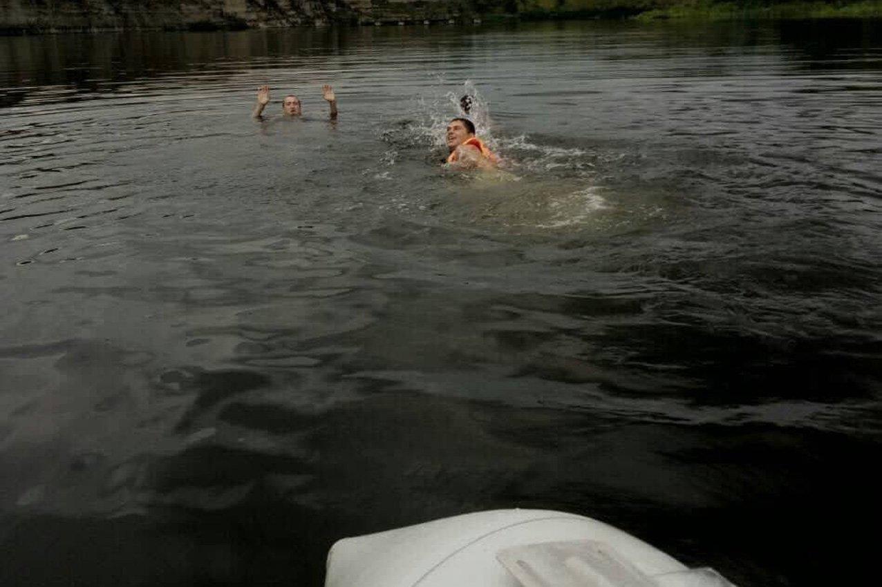 Через легковажність на Дністрі ледь не потонули молоді хлопці, фото-2