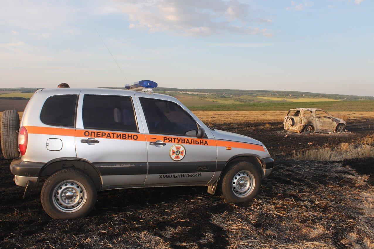 На Кам'янеччині біля хлібного поля загорівся автомобіль, фото-1