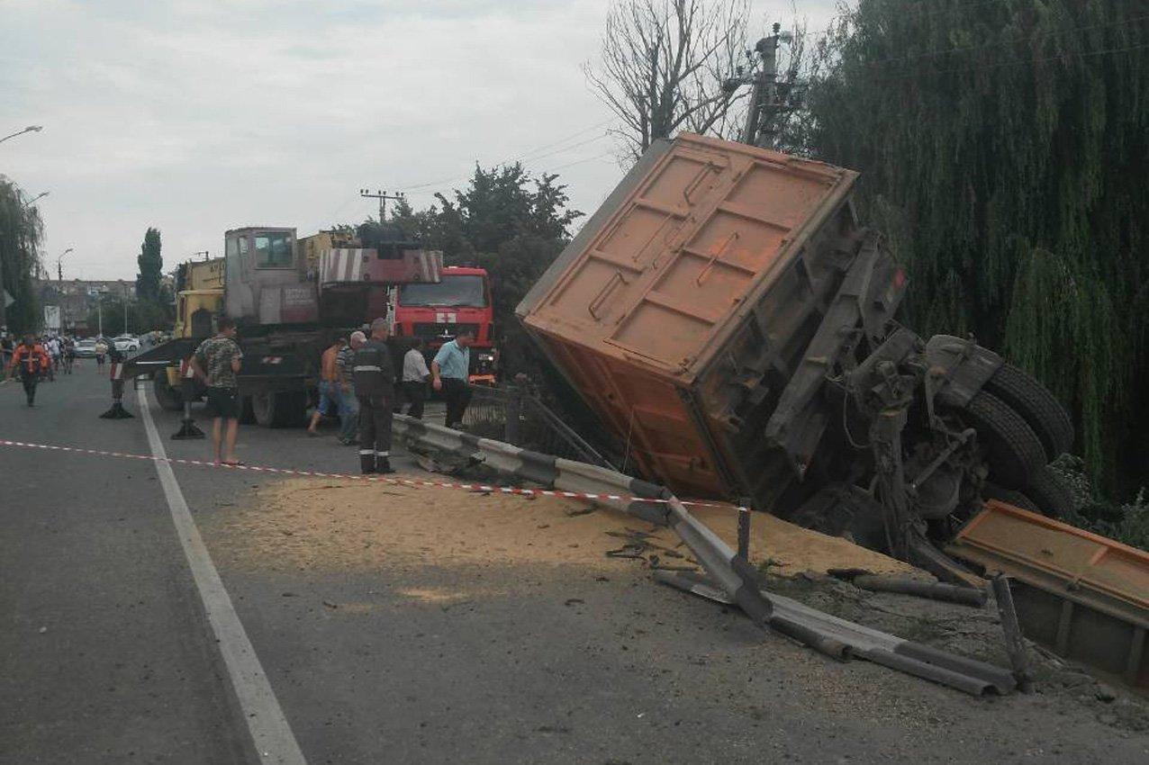 """На Хмельниччині вантажівка """"злетіла"""" з мосту, фото-2"""