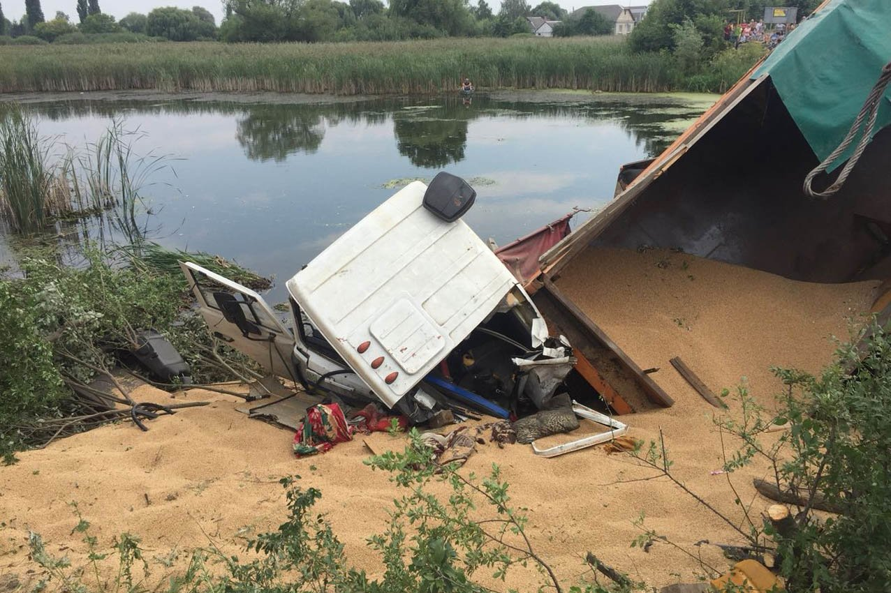 """На Хмельниччині вантажівка """"злетіла"""" з мосту, фото-1"""