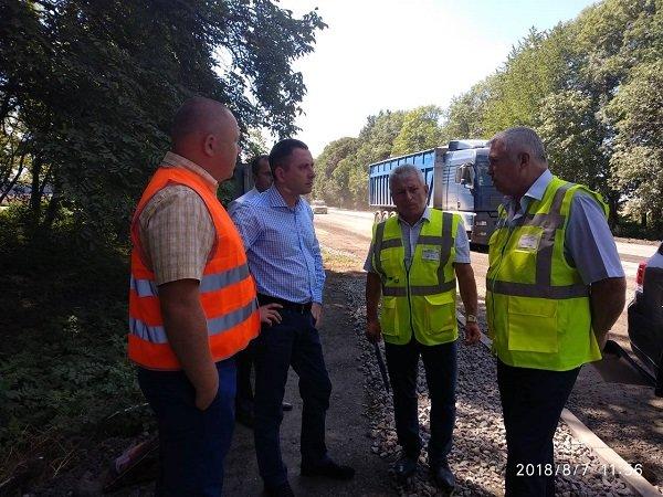 Заступник міністра інфраструктури задоволений темпами виконання ремонтних робіт на дорогах Хмельниччини, фото-5