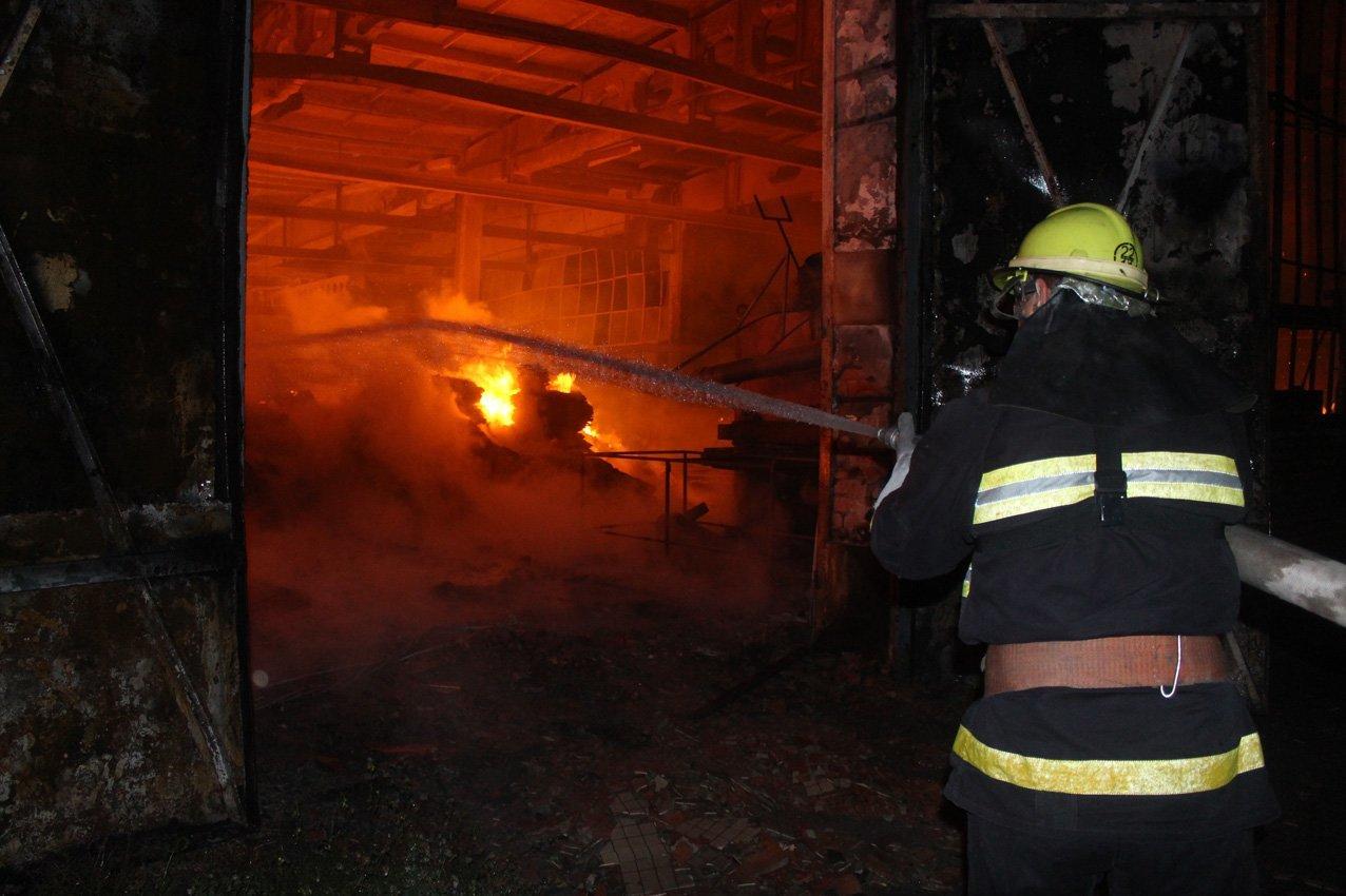Масштабна пожежа на деревообробному підприємстві у Дунаївцях: на місці пригоди загинув рятувальник, фото-4