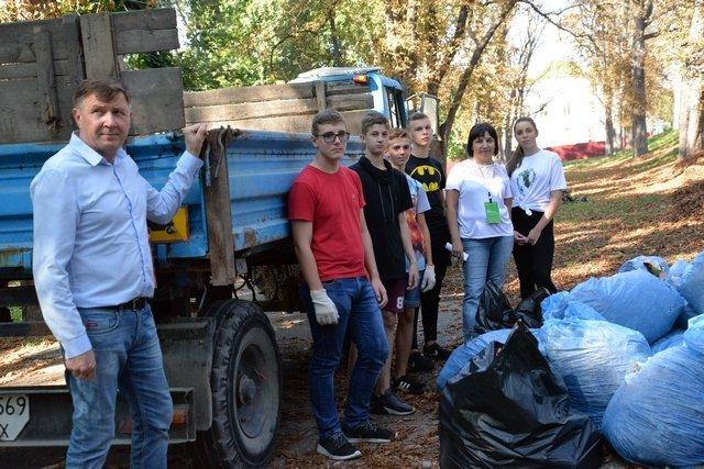 Кам'янецькі школярі назбирали сміття на понад 4 тис. грн і віддали їх на благодійність, фото-1
