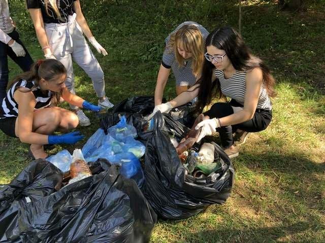 Кам'янецькі школярі назбирали сміття на понад 4 тис. грн і віддали їх на благодійність, фото-4