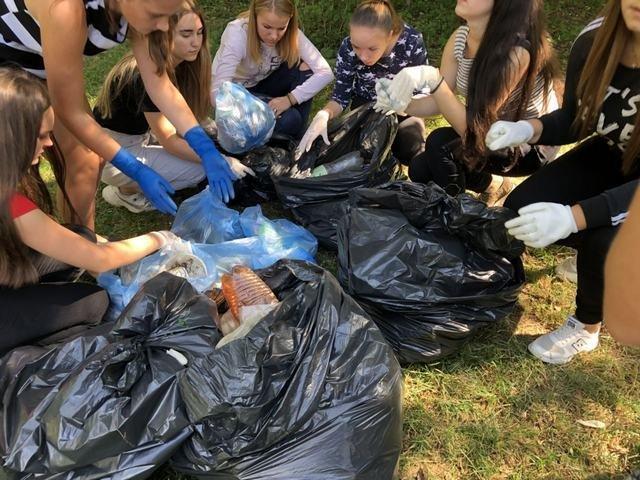 Кам'янецькі школярі назбирали сміття на понад 4 тис. грн і віддали їх на благодійність, фото-2