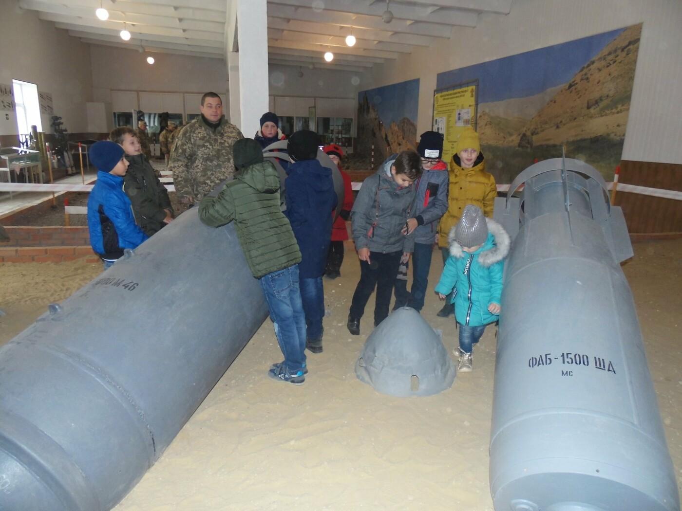 До строю військовослужбовців Центру розмінування, з нагоди Дня інженерних військ, стали їхні діти, фото-3