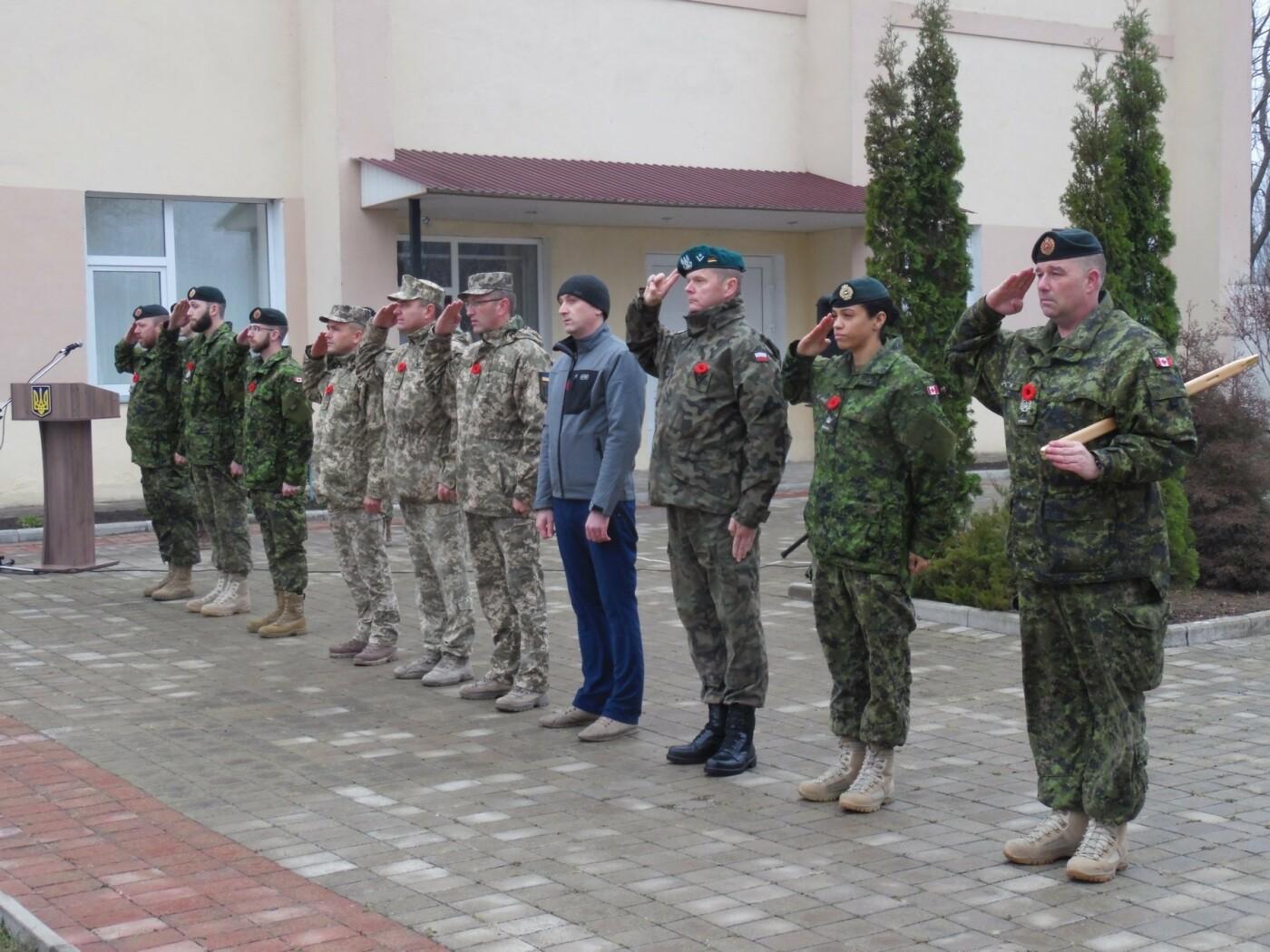 У Кам'янці-Подільському українські та канадські військовослужбовці вшанували пам'ять усіх, хто у різні роки не повернувся з поля бою, фото-3