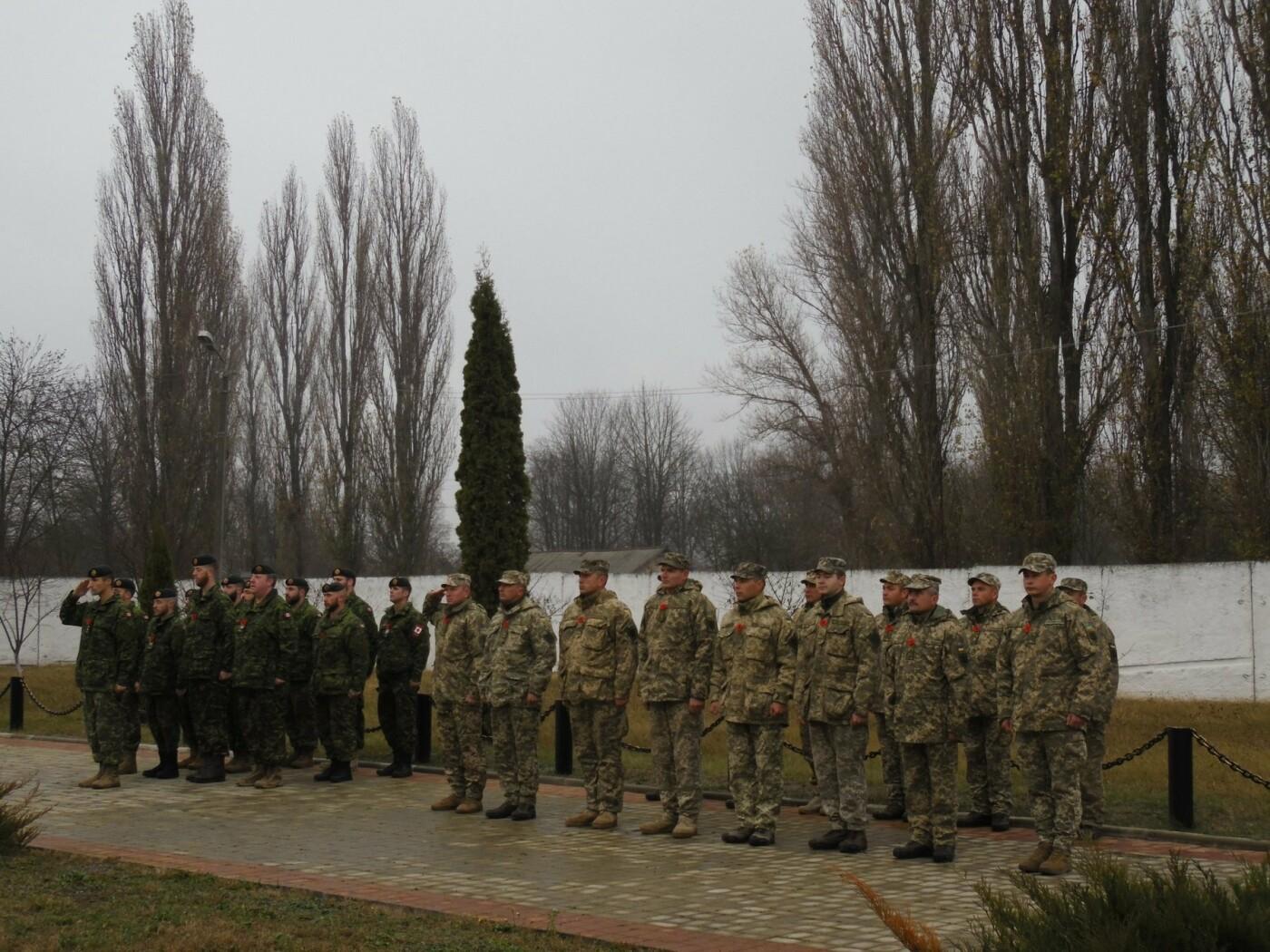 У Кам'янці-Подільському українські та канадські військовослужбовці вшанували пам'ять усіх, хто у різні роки не повернувся з поля бою, фото-9