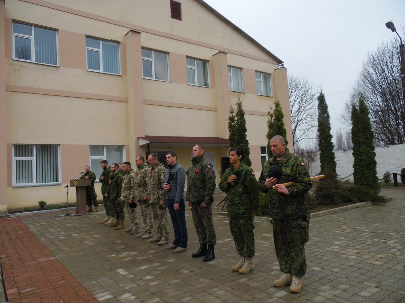У Кам'янці-Подільському українські та канадські військовослужбовці вшанували пам'ять усіх, хто у різні роки не повернувся з поля бою, фото-4