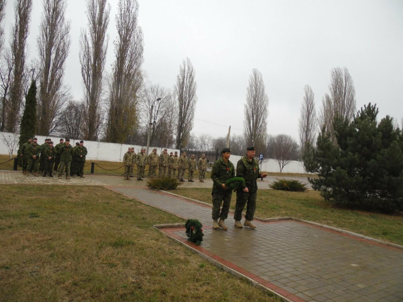 У Кам'янці-Подільському українські та канадські військовослужбовці вшанували пам'ять усіх, хто у різні роки не повернувся з поля бою, фото-5