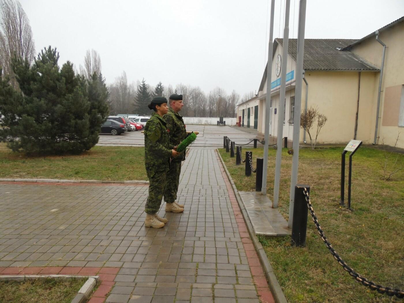 У Кам'янці-Подільському українські та канадські військовослужбовці вшанували пам'ять усіх, хто у різні роки не повернувся з поля бою, фото-2
