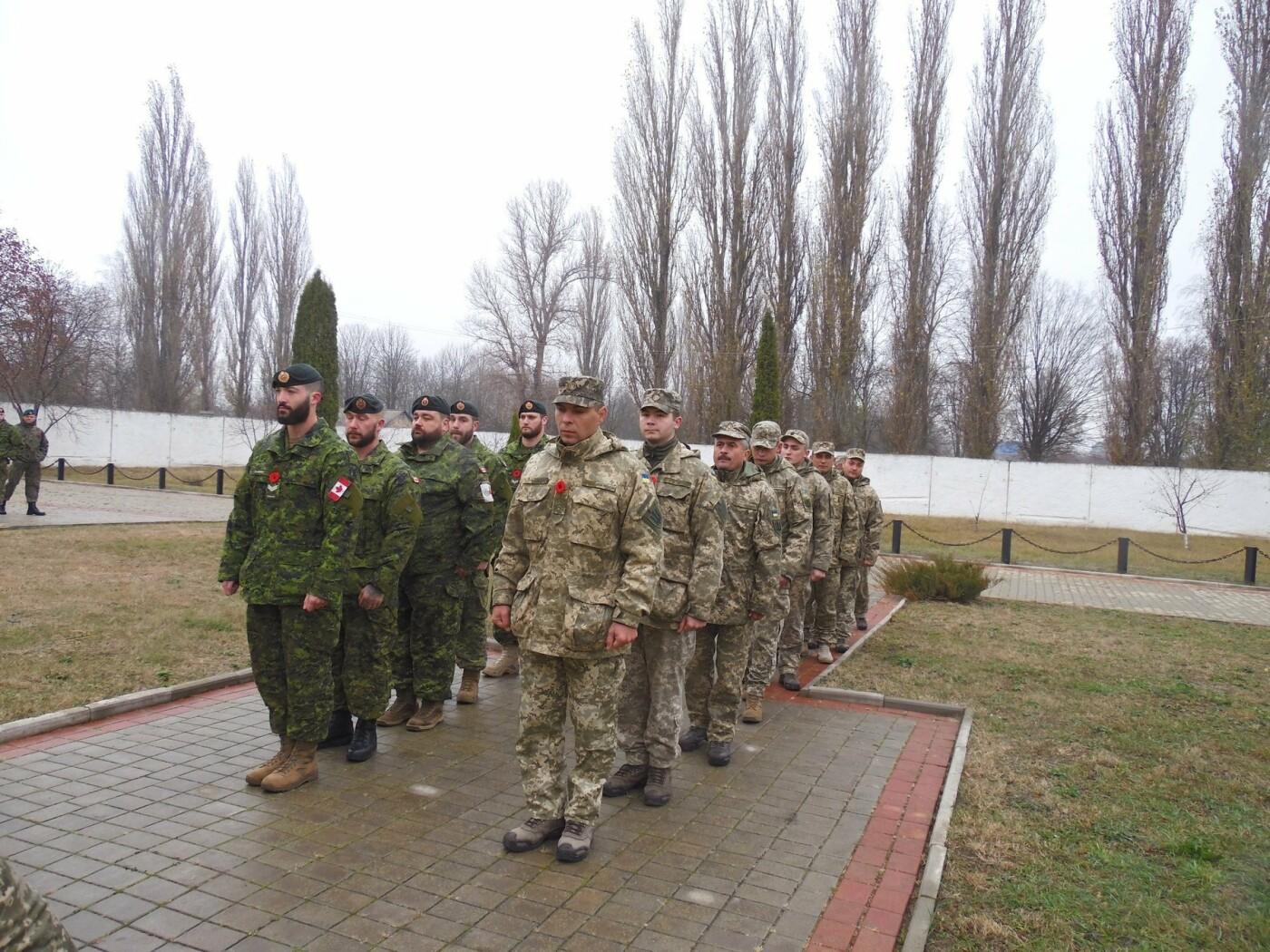 У Кам'янці-Подільському українські та канадські військовослужбовці вшанували пам'ять усіх, хто у різні роки не повернувся з поля бою, фото-13