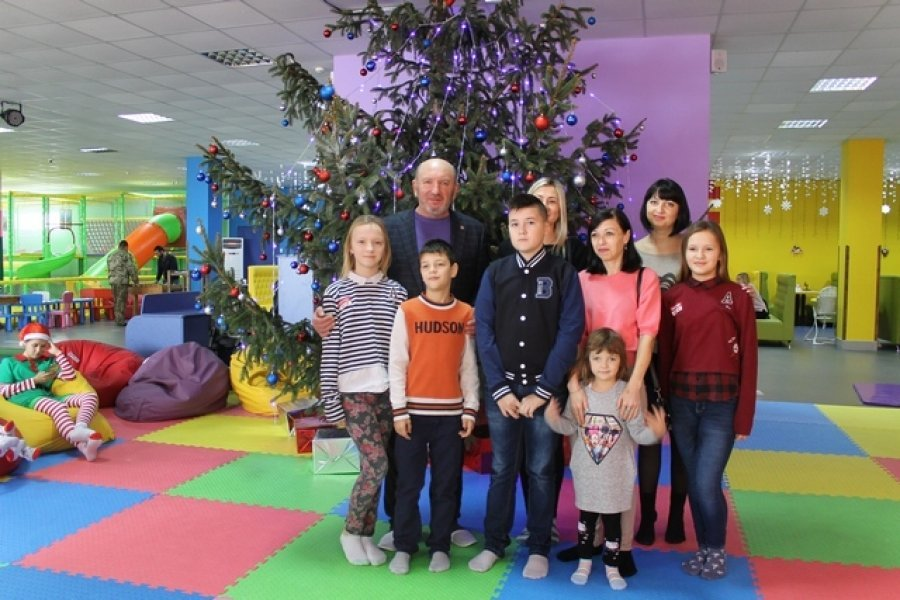 Для діток з особливими потребами та дітей, батьки яких загинули в зоні АТО, влаштували свято з розвагами та подарунками, фото-3