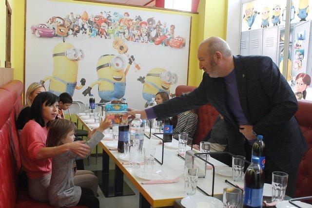 Для діток з особливими потребами та дітей, батьки яких загинули в зоні АТО, влаштували свято з розвагами та подарунками, фото-2