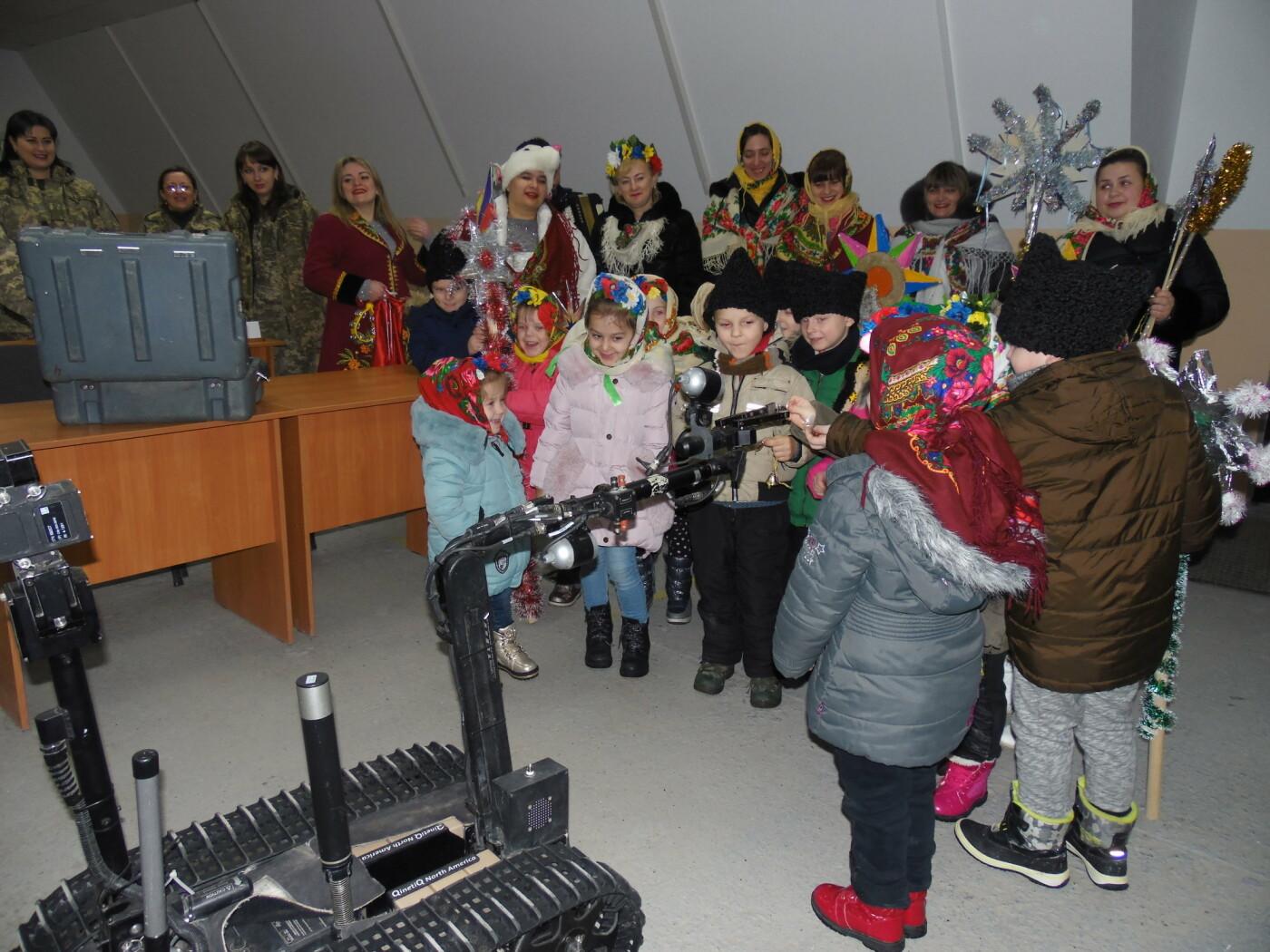 До військовослужбовців Центру розмінування з колядками і щедрівками завітали дітки з підшефного дитсадочка, фото-6