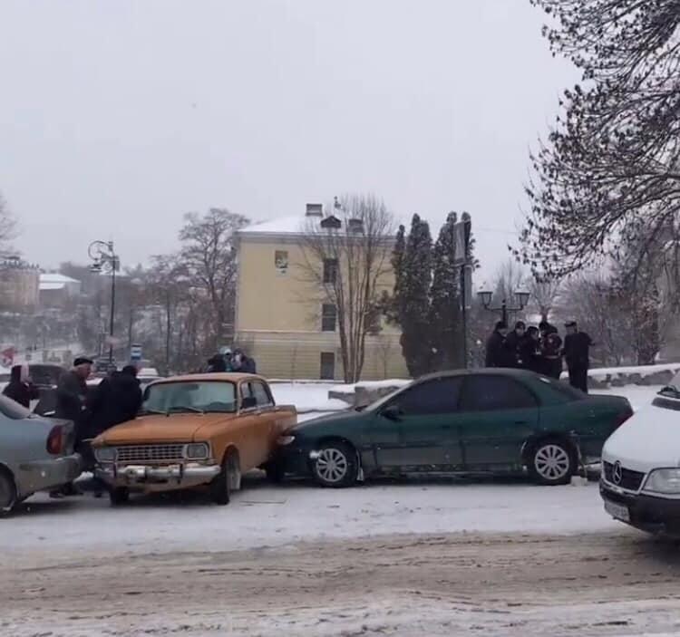 Одразу п'ять автівок зіштовхнулися на  перехресті Князів Коріатовичів-Шевченка, фото-1