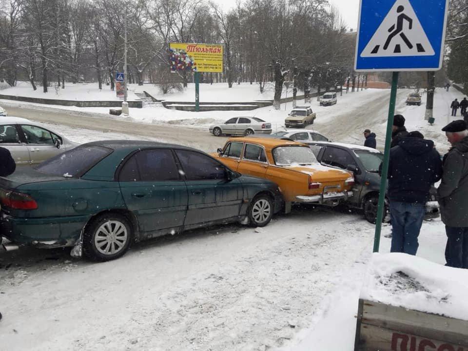 Одразу п'ять автівок зіштовхнулися на  перехресті Князів Коріатовичів-Шевченка, фото-2