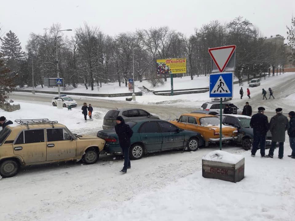 Одразу п'ять автівок зіштовхнулися на  перехресті Князів Коріатовичів-Шевченка, фото-3