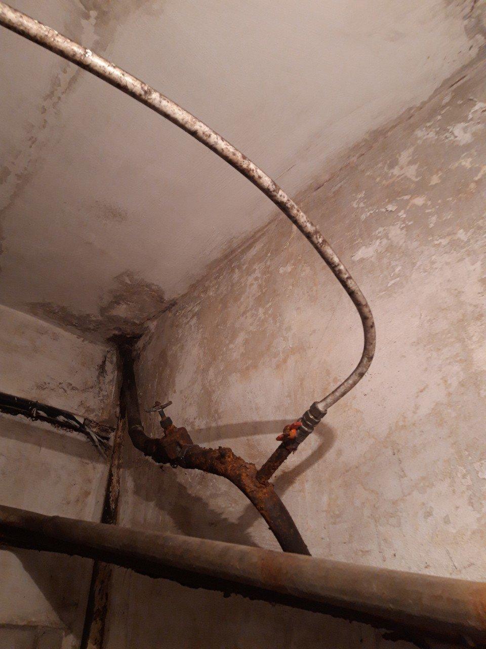 П'ять незаконних врізок в систему водопостачання виявлено в одному із нежитлових приміщень Кам'янця, фото-1