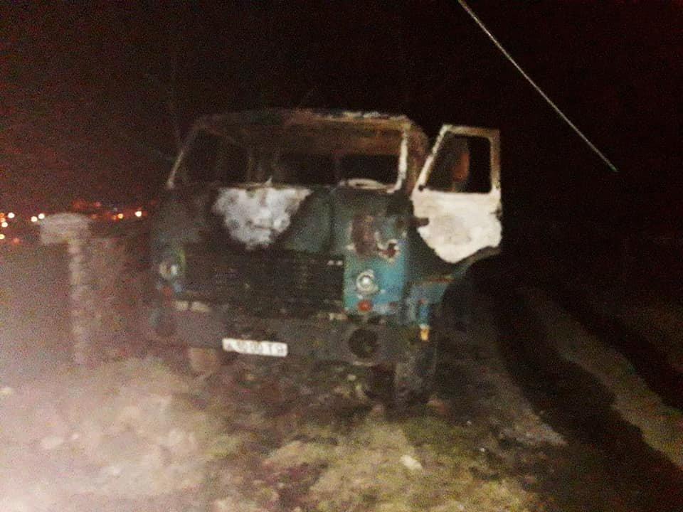У селі Смотрич майже вщент згоріло 2 автомобіля, фото-1